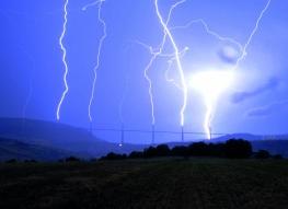 Wiadukt w Millau we Francji (wyładowanie atmosferyczne w siedem pylonów - 6.08.2013r.)